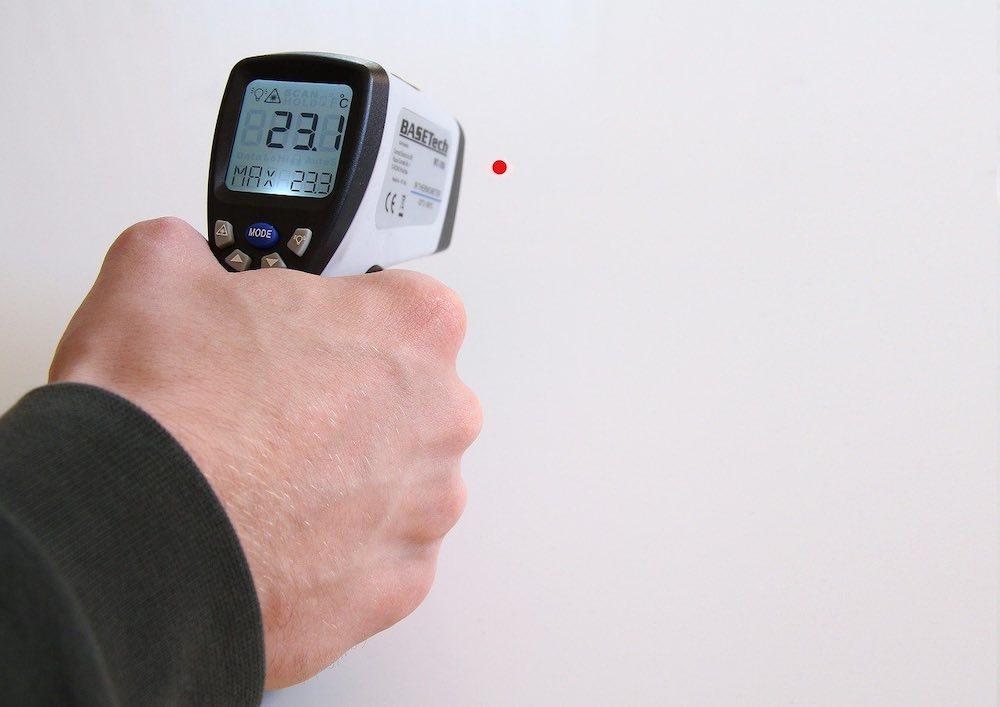 usage d'un thermomètre frontal