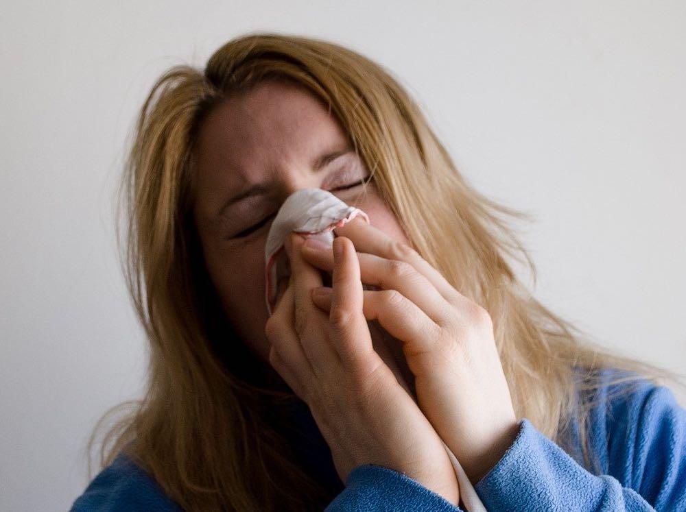 femme avec un rhume des foins