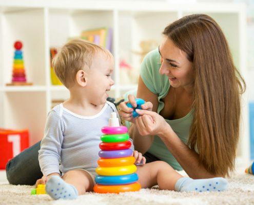 Garde d'enfant avec jeux d'éveil