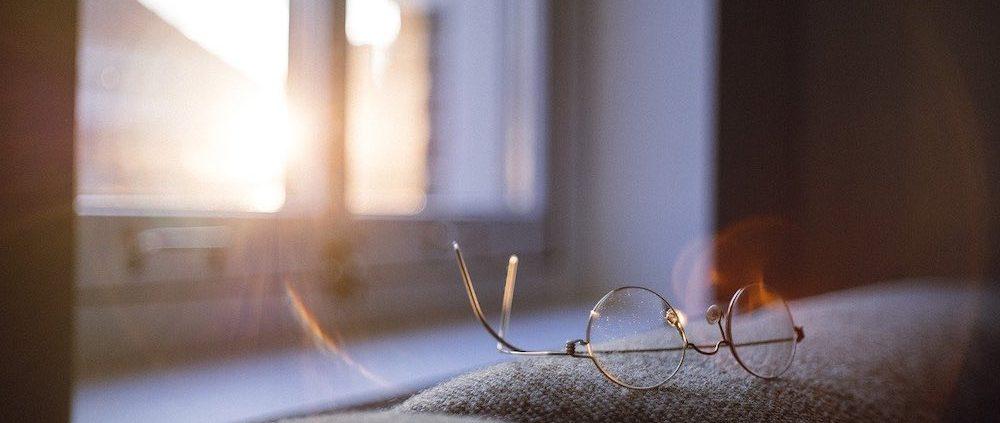 Vue depuis une fenêtre dans une maison passive positive