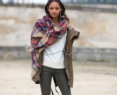Femme à la mode avec une écharpée snood en couleurs